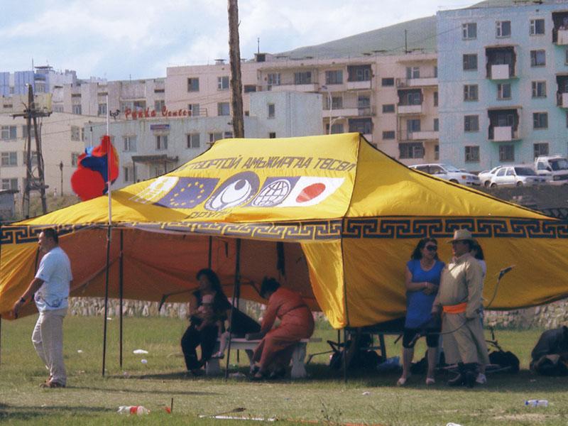 モンゴルでは日本は別格の扱い、囲いテントでEUと