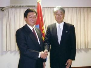 認証式を終えてジクジット特命全権大使と中山名誉領事(2007.7)