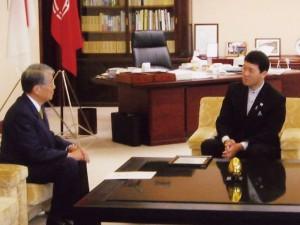 モンゴル国名誉領事認証式の模様を泉田新潟県知事に報告(2007.7)