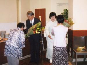 名誉領事館が設置、名誉領事就任のお祝い会で花束で贈られ(2007.7)