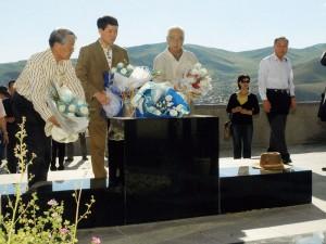 日本人墓地を泉田知事(中央)布村新潟工科大学長(右)と献花(2010.8)