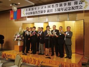 同祝賀会で、在日モンゴル大使館、在新潟モンゴル国名誉領事館、そして行政、経済界、マスコミ有志による合唱(2012.7)