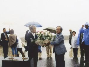 関根新潟県副知事と中山名誉領事による日本人墓地への献花(2007.8)