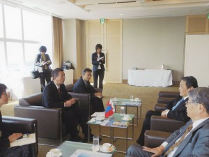 フレルバータル特命全権大使と篠田新潟市長との懇談(2012.4)