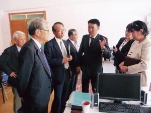 モンゴル科学技術大学で検査機器の現状の説明(2011.7)